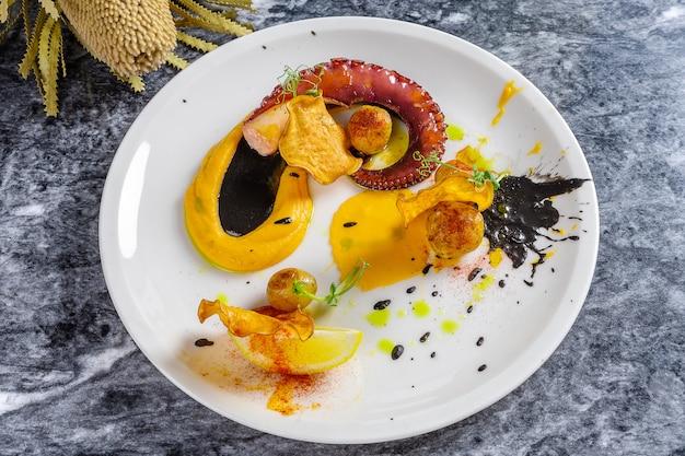 Nahaufnahme von gekochten und perfekt servierten tintenfischtentakeln