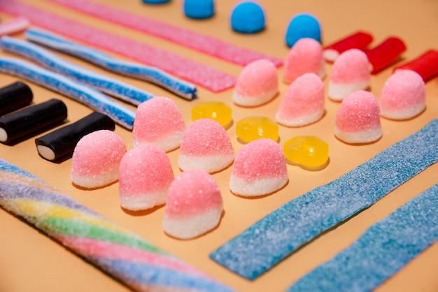 Nahaufnahme von gemischten mehrfarbigen süßen bonbons und lutschbonbons