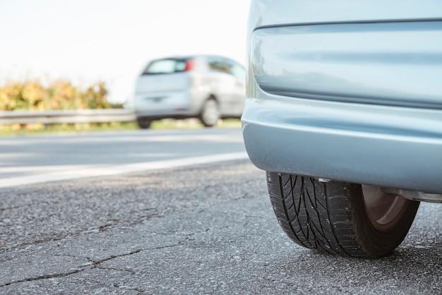 Nahaufnahme von geparkten auto neben der straße