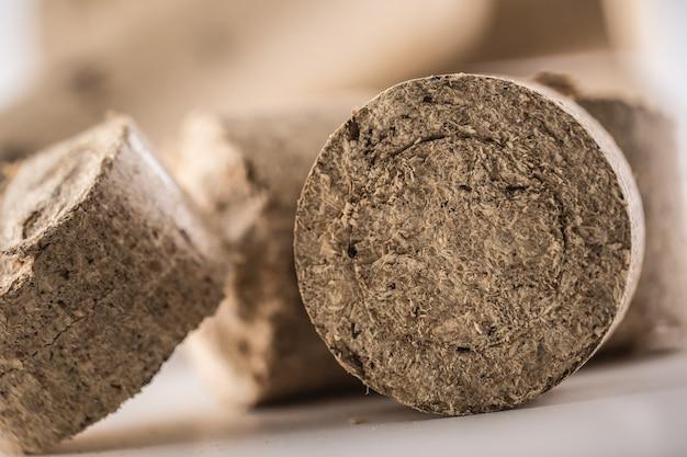 Nahaufnahme von gepressten holzbriketts aus biomasse.