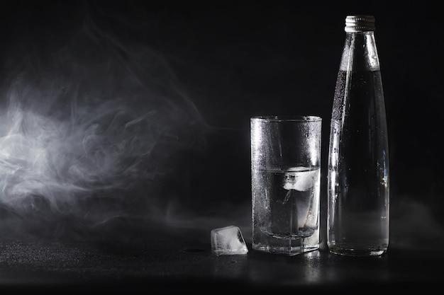 Nahaufnahme von gereinigtem frischem wasser aus der flasche auf den tisch im wohnzimmer gießen?
