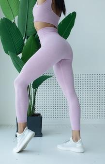 Nahaufnahme von gesäß-fitness-frau in sportbekleidung home-fitness-workout weibliche athletische und beine