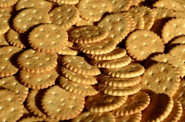 Nahaufnahme von gesalzenen crackern