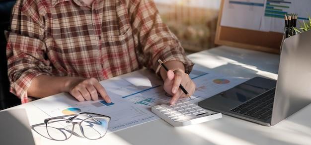 Nahaufnahme von geschäftsfrau anlageberater analyse unternehmen jahresfinanzbericht bilanzaufstellung mit dokumentendiagrammen arbeiten. konzeptbild wirtschaft, marketing