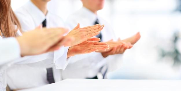 Nahaufnahme von geschäftsleuten, die in die hände klatschen. business-seminarkonzept