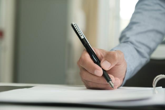 Nahaufnahme von geschäftsmann einen vertrag unterzeichnen.