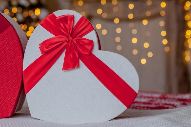 Nahaufnahme von geschenkboxen in herzform. herzförmige geschenkboxen am valentinstag.