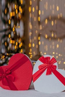 Nahaufnahme von geschenkboxen in herzform.