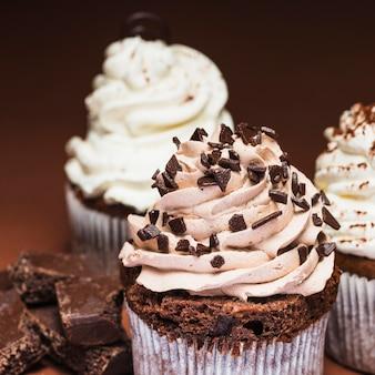 Nahaufnahme von geschmackvollen schokoladenkleinen kuchen