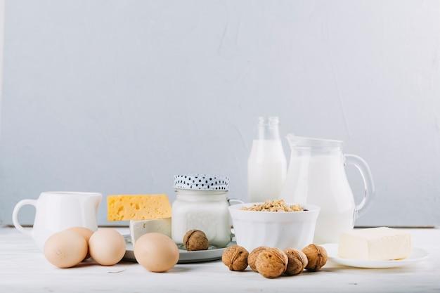 Nahaufnahme von gesunden nahrungsmittelbestandteilen auf tabelle