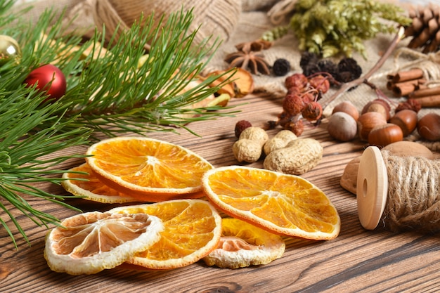 Nahaufnahme von getrockneten orangen. trockenblumen für die kreativität der kinder. natürliches material für ökodesign. kein verlust. öko-verpackung für geschenke zu silvester und weihnachten.