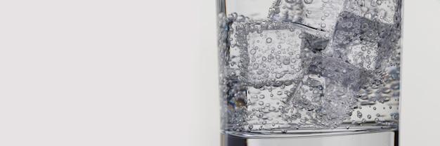 Nahaufnahme von glas mit mineralwasser und eis