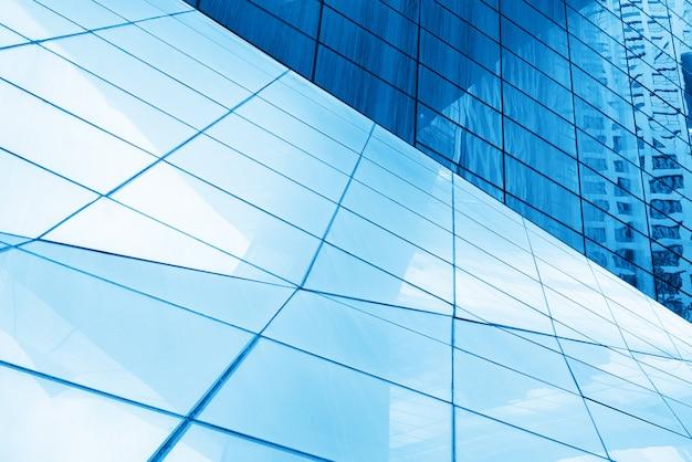 Nahaufnahme von glasfenstern von wolkenkratzern
