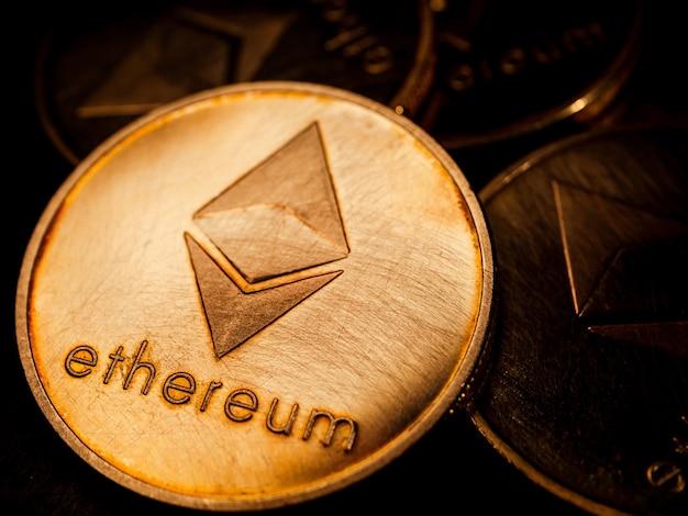 Nahaufnahme von goldmünzen mit ethereum-symbol. konzept der digitalen währung.