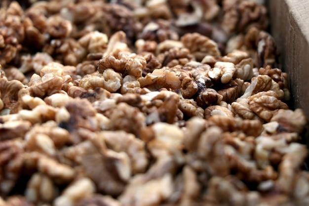 Nahaufnahme von großen geschälten walnüssen haufen auf dem indischen markt verkauft