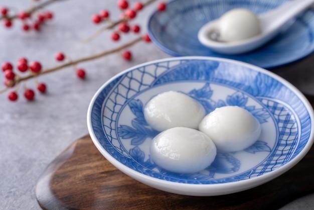 Nahaufnahme von großen tangyuan yuanxiao (klebrige reisknödelbällchen) für das wintersonnenwende-festival und das chinesische neujahrsessen