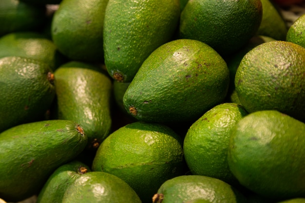 Nahaufnahme von grünen reifen avocado exotischen früchten