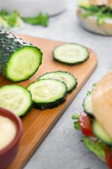 Nahaufnahme von gurkenscheiben mit sandwich