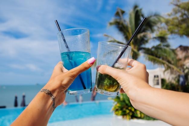 Nahaufnahme von händen halten alkoholcocktails