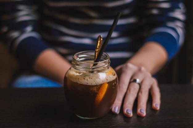 Nahaufnahme von händen mit kaffeetasse in einem café
