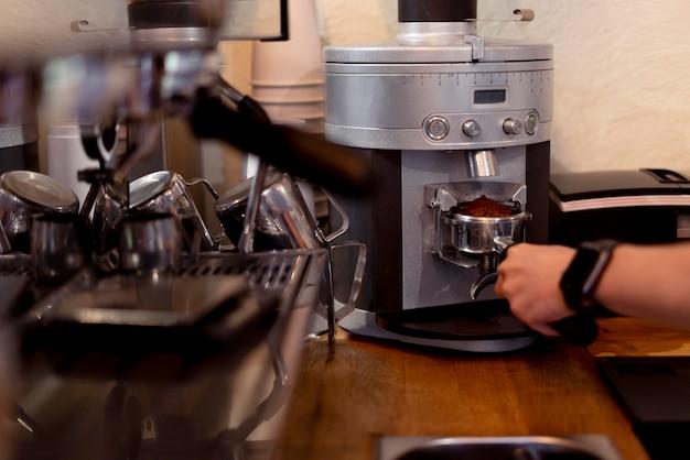 Nahaufnahme von hand, die kaffee macht