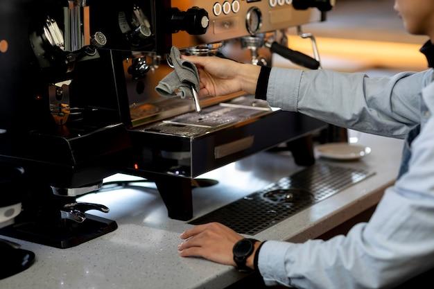 Nahaufnahme von handreinigungskaffeemaschine