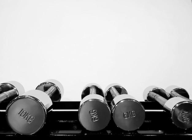 Nahaufnahme von hanteln in einem fitnessstudio