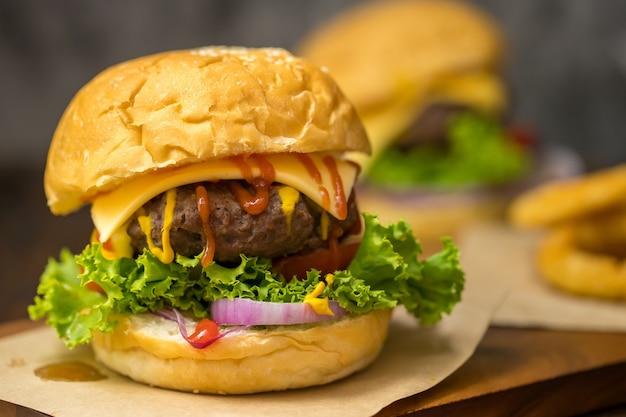 Nahaufnahme von hausgemachtem rindfleisch-hamburger mit frischem gemüse.