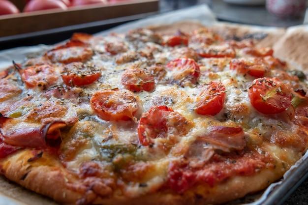 Nahaufnahme von hausgemachten leckeren pizza