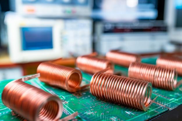 Nahaufnahme von hochfrequenz-kupferdraht auf grünem mikroschaltkreis. konzeptproduktion von supermodernen hightech-komponenten für transceiver-geräte