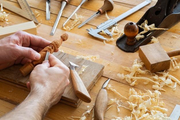 Nahaufnahme von holz, das von hand hergestellt wird