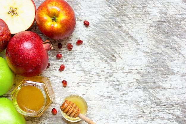 Nahaufnahme von honig, apfel und granatapfel