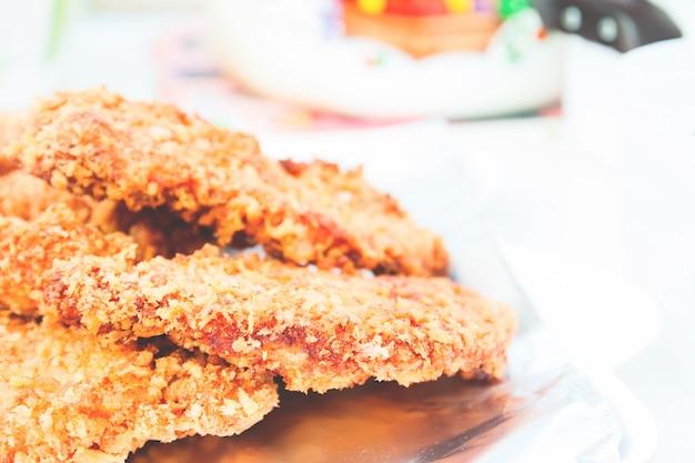 Nahaufnahme von japanischen speisen, hausgemachte tonkatsu schweinefleisch schnitzel auf aluminiumfolie mit kopie raum