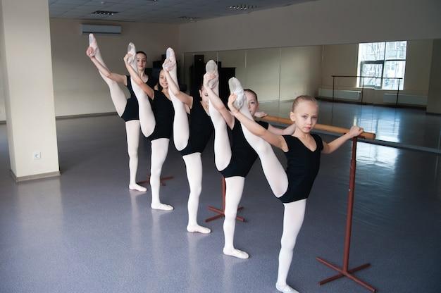 Nahaufnahme von jungen ballerinas, die im studio üben