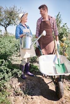 Nahaufnahme von jungen gärtnern, die sich um ihren garten kümmern