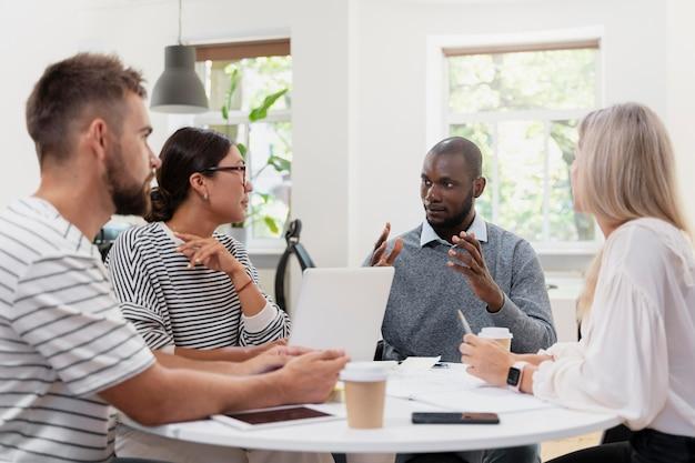 Nahaufnahme von jungen kollegen, die ein meeting haben