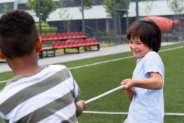 Nahaufnahme von jungs, die zusammen spielen