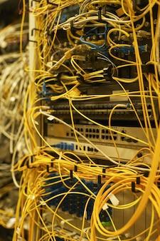 Nahaufnahme von kabeln und drähten, die server im rechenzentrum oder internetnetzwerk verbinden, platz kopieren
