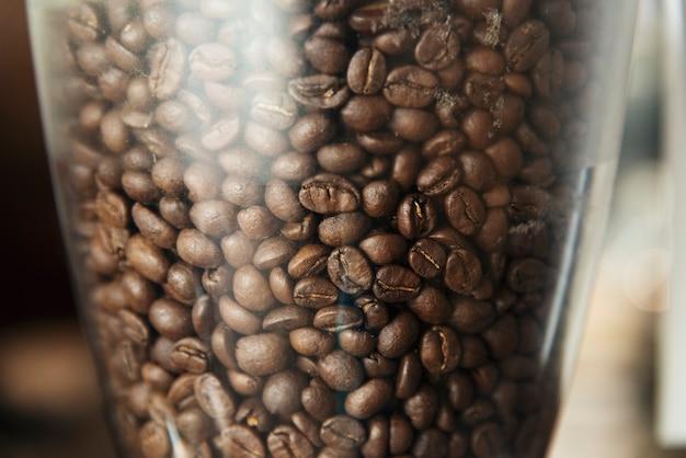 Nahaufnahme von kaffeebohnen in einer mühle