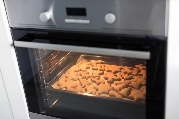 Nahaufnahme von keksen oder lebkuchen, die im heißen ofen backen
