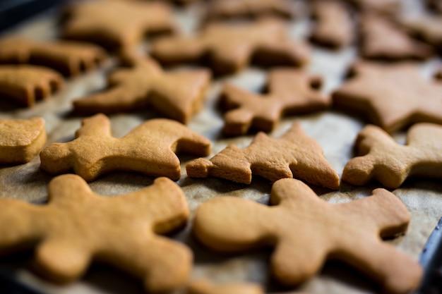 Nahaufnahme von keksen oder lebkuchen im heißen ofen