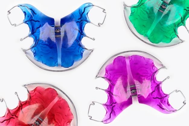 Nahaufnahme von kieferorthopädischen geräten für kinder in lustigen farben