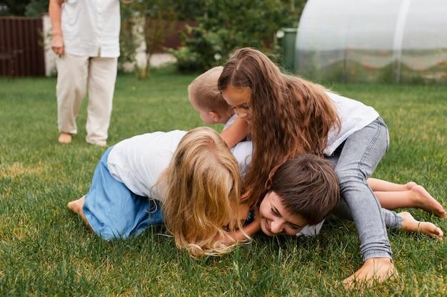 Nahaufnahme von kindern, die auf gras spielen