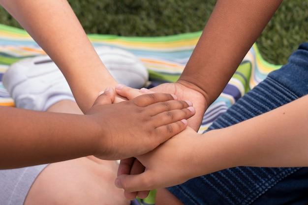 Nahaufnahme von kindern, die händchen halten