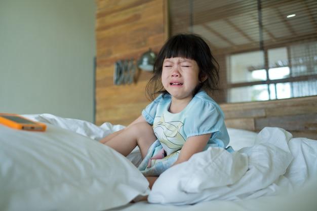 Nahaufnahme von kindern, die im bett weinen