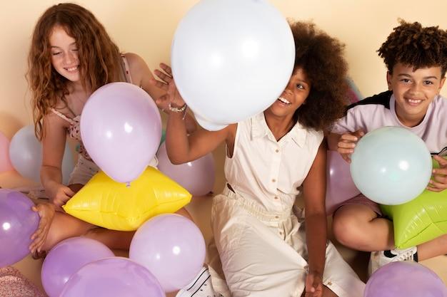 Nahaufnahme von kindern, die mit luftballons feiern