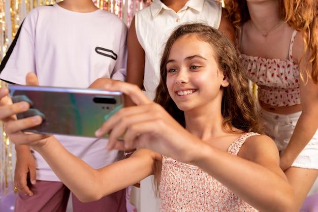 Nahaufnahme von kindern, die selfies auf einer party machen