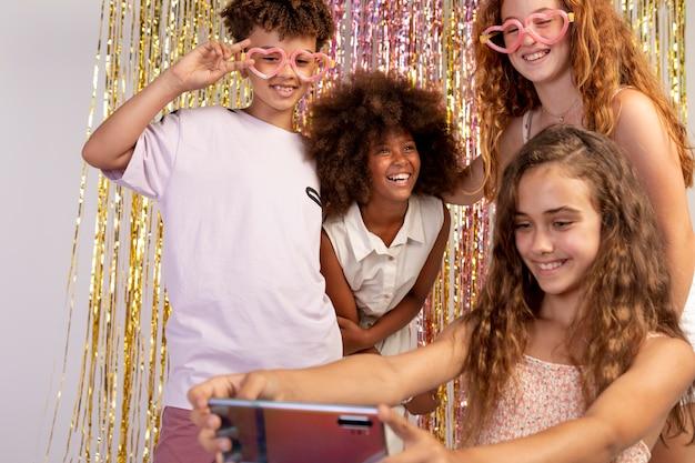 Nahaufnahme von kindern, die selfies machen