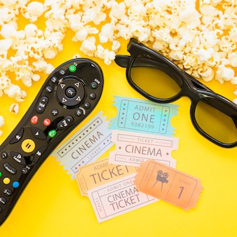 Nahaufnahme von kinokarten und filmobjekten
