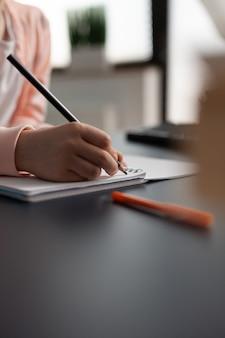 Nahaufnahme von kleinen mädchen handschrift auf notebook